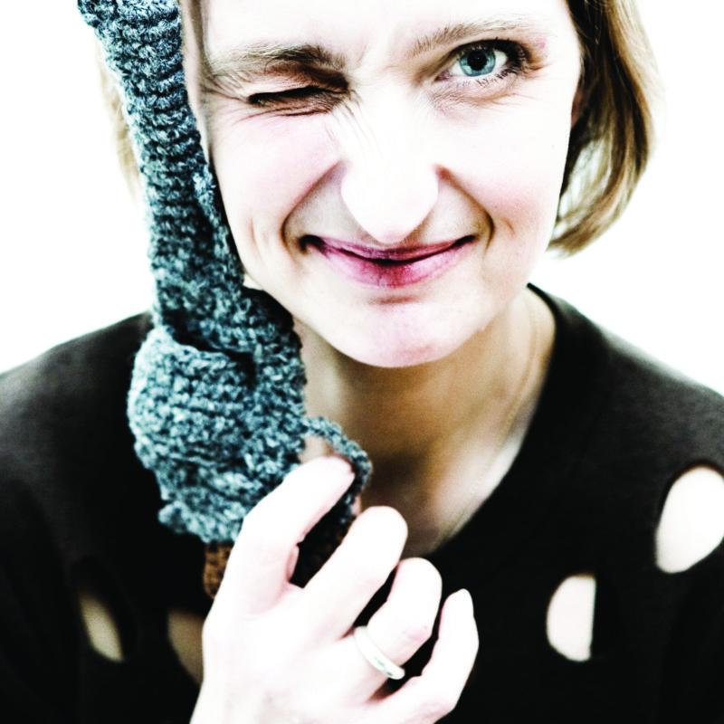 Hanne Gaard Gr¿nlund er kunster og h¾kler tro kopier af vŒben. PŒ den mŒde kombinerer hun det traditionelt voldsomme og maskuline med noget sŒ husmoderagtigt som h¾kling. Det er hendes bidrag til fred i verden.