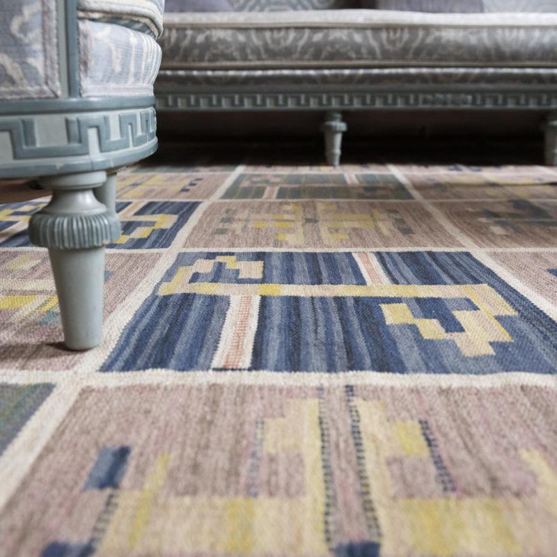 Il tappeto Ulriksdal nel famoso salotto, disegnato nel 1924 da Märta Måås-Fjetterström. Il regalo di nozze al principe ereditario Gustaf (VI) Adolf e Lady Louise Mountbatten dal popolo di Stoccolma è stato un soggiorno arredato di recente al palazzo Ulriksdal. Insieme ad artigiani come il designer di mobili Carl Malmsten, Märta Måås-Fjetterström è stata tra coloro che hanno contribuito agli interni. Foto: Sanna Argus Tirén / Royalpalaces.se - Copyright Kungl. Hovstaterna