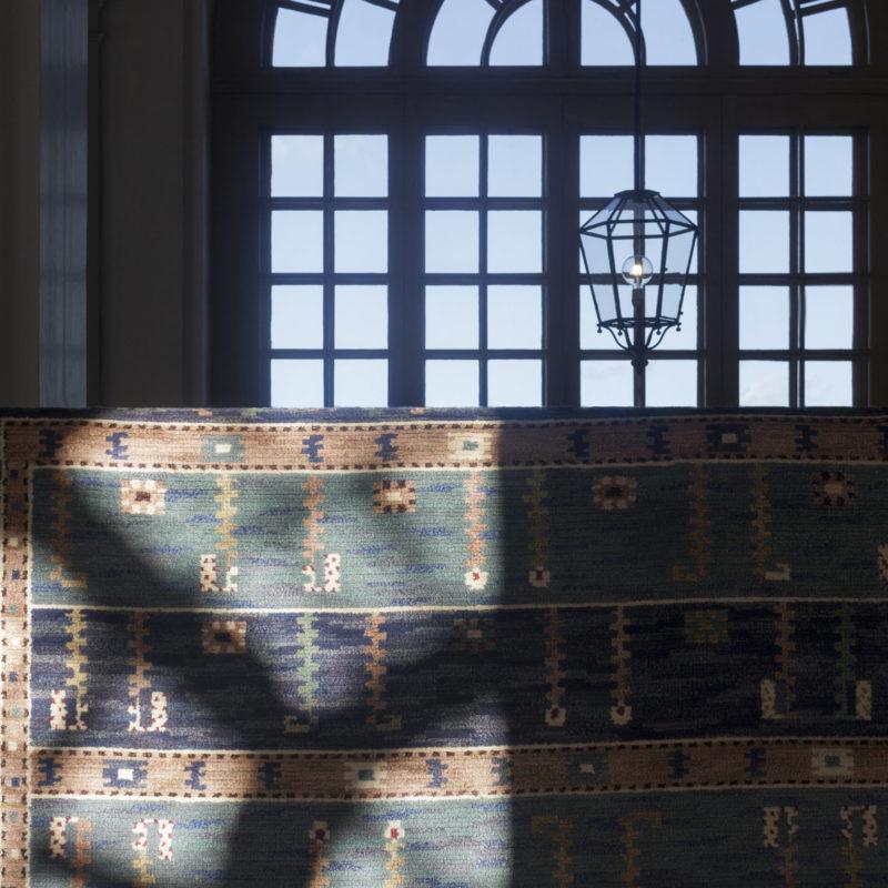 Matta Ståndaren, creato nel 1928 da Märta Måås-Fjetterström per M / S Kungsholm che gestiva Göteborg - New York negli anni '30. Una copia del tappeto è stata trovata anche a casa di Gustavo VI Adolf, così come un'altra nell'edificio Riksdag. Photo: Emma Fredriksson / Kungligaslotten.se - Copyright Kungl. Royal Court