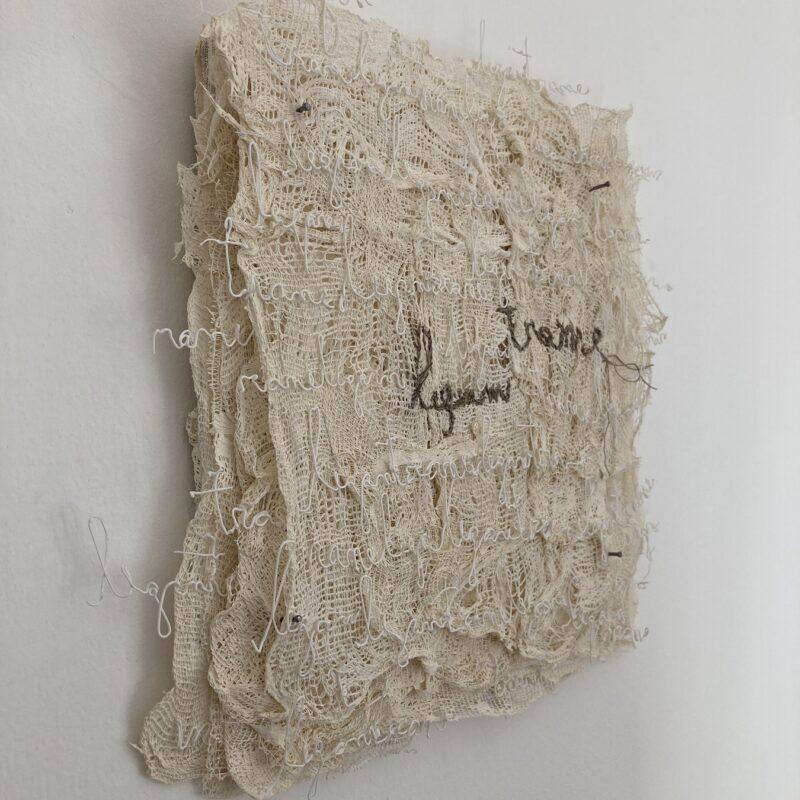"""Davide Viggiano """"TRA ME"""" libro oggetto, legno, garze, filamento 3D PLA, fili di cotone, cm 34x33x5, 2020 (2)"""