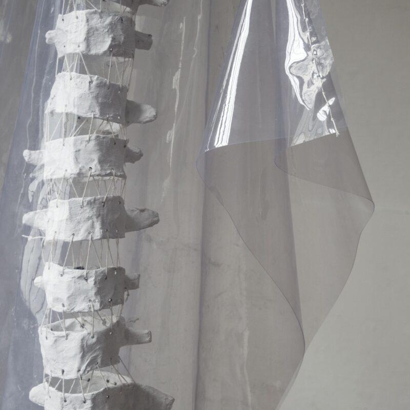 """Davide Viggiano """"Ventuno"""" dettaglio, rete metallica, carta, intonaco, pvc, cotone, cm 100x200x80,2018, collezione privata"""