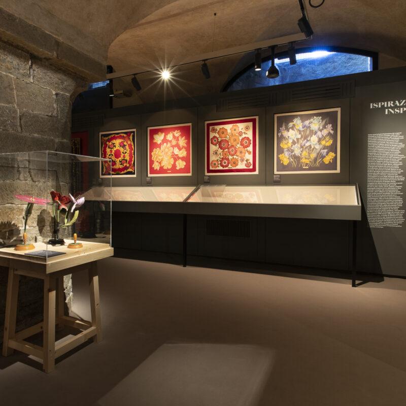 Sezione 3 | Ispirazioni - Salvatore Ferragamo, Magnolia, collezione autunno/inverno 2000-2001, foulard in twill di seta. Firenze, Museo Salvatore Ferragamo