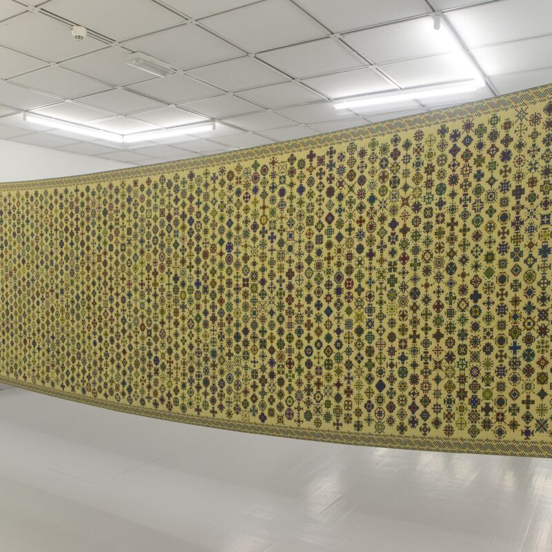 Deux Mille fleurs /Two Thousand Flowers. Digital painting. Jacquard woven piece(two-sided), wool. Installation: Strap tensioners. iron rods. Size: 150x560cm Year of production: 2018 Photo credit: Søren Krag