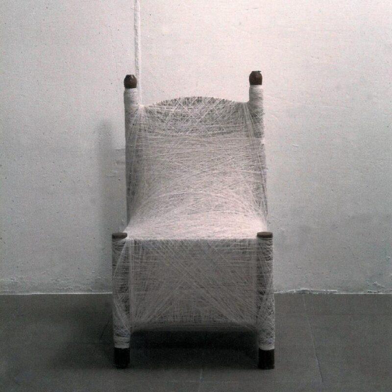 """""""senza titolo"""", filo, sedia, 1998, ph Stefano Bonacci"""