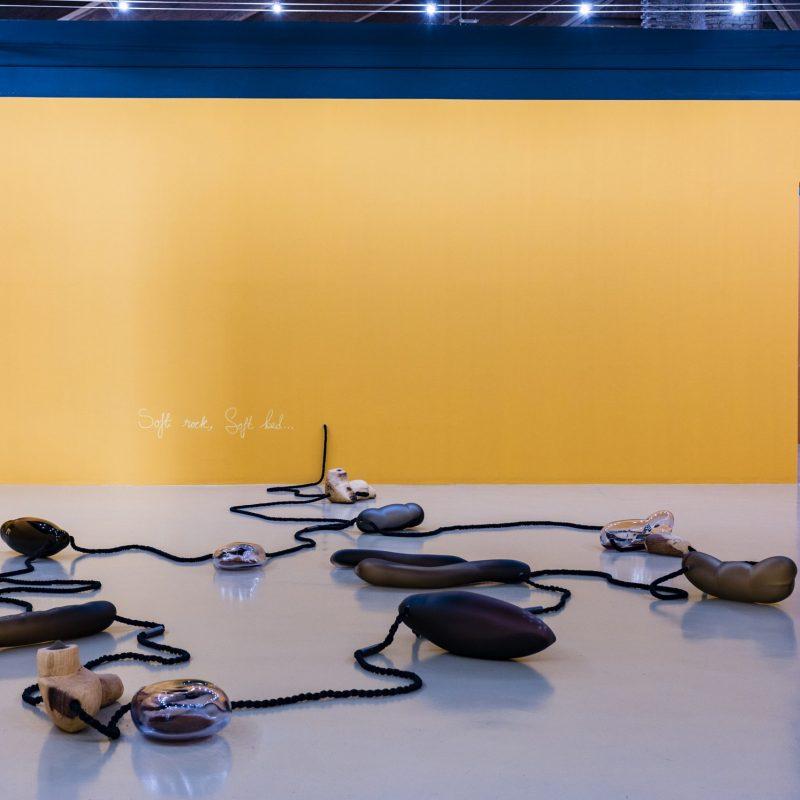 1. Veduta dell'allestimento della mostra Otobong Nkanga. Corde che si arricciano attorno alle montagne