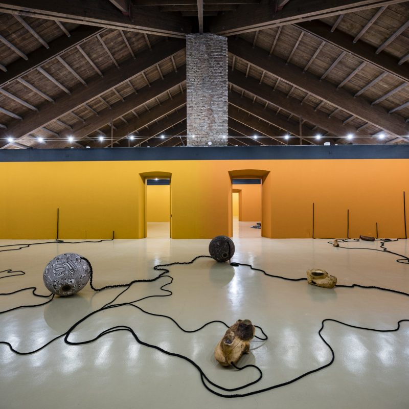 5. Veduta dell'allestimento della mostra Otobong Nkanga. Corde che si arricciano attorno alle montagne