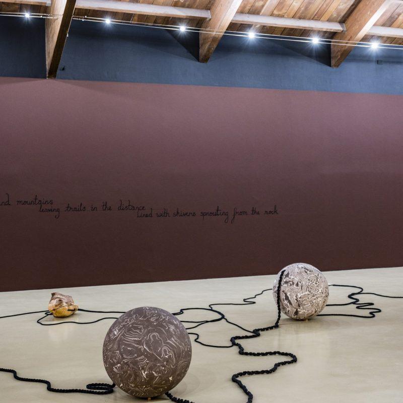 8. Veduta dell'allestimento della mostra Otobong Nkanga. Corde che si arricciano attorno alle montagne