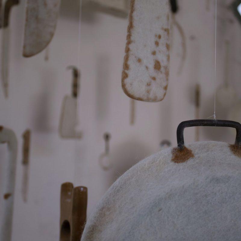Segni di resistenza II, lana, feltro, Utensili di materiale ossidabile, , 200*200*200, 2021, photo cr. Gaia Rocca